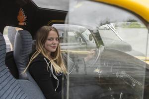Sigrid Lindberg i sin gula EPA-traktor.