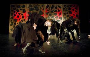 Vampyrer i en riktig vampyrdans på scenen på Folket hus i sandviken.