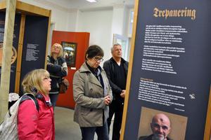 Gerd Wichmann, sjukhusdiakon, Karin Hästö, kultursekreterare, Maria Lennestig, chef för Mentalvårdsmuseet, och Lennart Berglund, förvaltare åt Klövern Skönviks AB tittar på utställningen