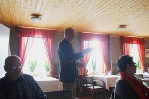 Malcolm Höök berättar om planer på nytt småföretagshus på Svegs företagarförenings lunchmöte.