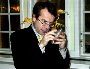 Närkontakt. Antikrundans Knut Knutson granskar en sockerströare - tur att den höll för röntgenblicken.  Antikvitetskännaren Knut representerade Uppsala auktionskammare vid det här besöket på Stadshotellet 2001.