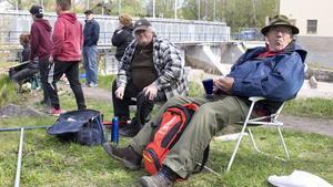 Kaffe och smörgås är lika viktigt som fisket, menar Lars-Ove Andersson från Surahammar (höger), som ofta fiskar med kompisen Sören Strandberg (rutig skjorta).
