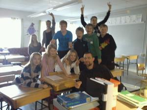 Åsa Rosenqvist, lärare i sexan på Milboskolan, tog en bild på de som fanns i klassrummet på klockslaget, vaktmästar-Daniel och en del elever.