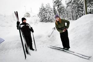 Jeanette Andersson och Aras Osman tog en runda i Hemlingbyspåret på lånade längdskidor. För Aras var det första gången i livet.