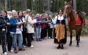 Kulturutskottets ordförande Karin Gustafsson berättade om fäbodlivet innan kursdeltagarna gav sig iväg på sin