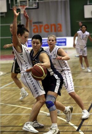 Anna Höglund, bäst i Saints, blockar Luleås Eszter Csontos. I bakgrunden Helena Rutberg och Karolina Mindell Kidanu.
