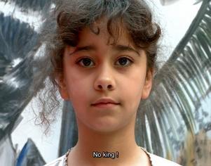Ett barn säger sin mening i Adelita Husni-Beys verk