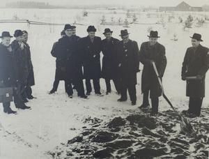 Midlandas nya stationsbyggnad stod klar 1961. Här tar Gösta Lindqvist, direktör för kommittén för trafikflygets bevarande i Västernorrland, det första spadtaget året innan.