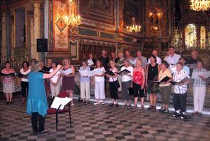 Här tränar de två körerna för första gången innan konserten som ägde rum i en annan mindre kyrka.