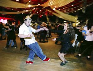 Snart är det fritt fram att dansa – med eller utan tillstånd.