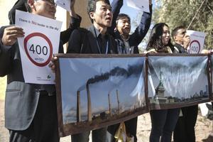 Aktivister protesterar mot klimathotet – ett hot som skildras också i skönlitteraturen denna bokvår. Arkivbild.