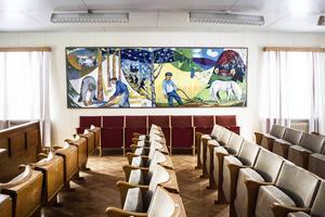 Den stora målningen, från 1950-talet, täcker ena långväggen i sessionssalen.