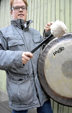 Luckans land. Nu är det dags för Stefan Jansson att ta fram gonggongen och slå ett slag för lucköppningarna på Rådhustorget, som arrangeras för tredje året. Bild: Ulrika Stoetzer