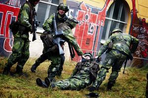 Solbacken blir tillfällig krigszon när Dalarnas hemvärnsbataljon genomför vårens stridsövning.