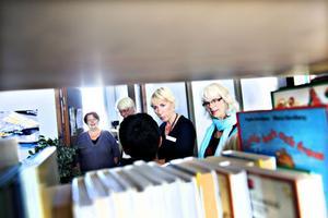 intresserade. Lotta Hedén och Elisabeth Ritchey från Skolinspektionen tittade intresserat runt på Brynässkolan på onsdagen. De ska även intervjua elever, lärare och rektorer och sitta med i klassrum.