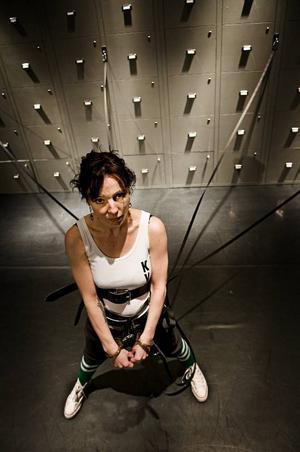 Lo Kauppi står själv för Bergsprängardöttrars kongeniala scenografi där fångarna sitter fast  i hundkoppel vid den oändliga väggen med låsta arkivskåp.Foto: Sandra Charina Lundin