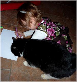 Freja 3 år, tycker det är dags för katten Astrid att gå i skolan. Hon talar om hur Astrid ska göra när man ritar och skriver !!