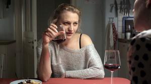 Den frånskilda Vera, spelad av nyligen Guldbaggebelönade Maria Sundbom, har svårt att hantera relationen med sin ex-man i