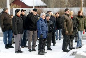 Många Norrsundetbor hade tagit sig ut i kylan för att se när den upprustade vägen genom Norrsundet invigdes.