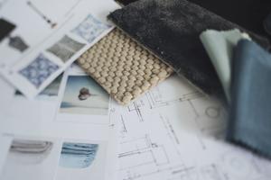 Inspirationsbilder och utskrivna bilder på produkter och möbler man funderar på att köpa skapar tillsammans med materialproverna en moodboard för rummet.