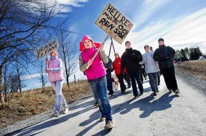 Andrea Månsson, 10 år, från Oviken tog täten i demonstrationståget mot prospektering och brytning av uran. Foto: Ulrika Andersson
