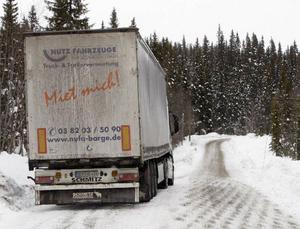 Den tyska långtradaren fick vänta innan en sandbil kom och gjorde vägen farbar upp mot vindsnurrorna.