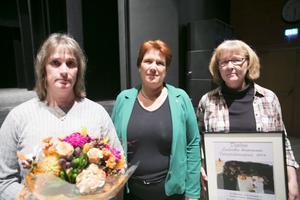 Ludvika kommuns integrationspris för 2016 utdelades av kommunfullmäktiges ordförande Maria Strömkvist (S) i mitten till Annelie Asker och Åsa Andersson från IF Vulcanus.
