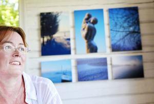 Det känns spännande att visa upp en ny och okänd sida av sitt skapande, säger Gudrun Jonasson, grafisk designer som nu ställer ut fotografier på Byhuset, Rödön.
