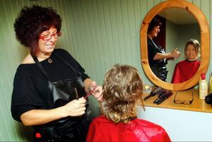 Frissan Emilia Rama Castillo hade drive in-klippning i bygdegården och gjorde bland andra Monica Wickman fin i håret.