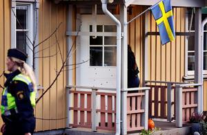 En polisman och hans familj utsattes för ett mordförsök genom skjutning med 20-talet skott  natten i slutet av oktober i Västerås.