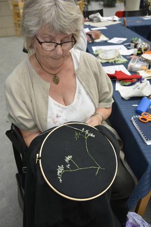 Maj Byström tog med en pläd ifall det skulle bli kallt och dessutom kan hon brodera olika mönster på den.