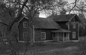 KUSLIGA FANTASIER. Kring den här idylliska stugan i Kjessmanbo planerade nazistligan att starta ett förintelseläger, enligt upphetsade journalister.
