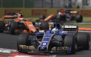 Marcus Ericsson kämpade för poäng och låg åtta i Mexikos GP när ett taktisk misstag gjorde att han tappade till tolfte plats – och sedan började Ferrarimotorn i svenskens Sauber brinna.