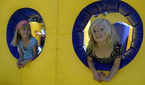 Lekfulla barn! Alva Östning, 7 år, och Moa Nygren, 6 år.