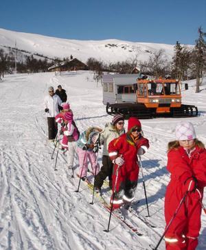 Klara för nedfärd, 5 km skidåkning. Naya Widén, Ulrika Olsson, Calise Larsson,  Ella Eriksson, Stina Lindvall och Simone Aronsson. Till höger syns vesslan vi åkte upp med.