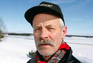 """– Vi har bara väntat på att en olycka ska hända, säger Willy Granlöv på Brasta gård, som bor i närheten av broarna där skotern sjönk. """"Tänk om någon följer skoterspåret i mörkret och det går rakt ut i öppet vatten""""."""