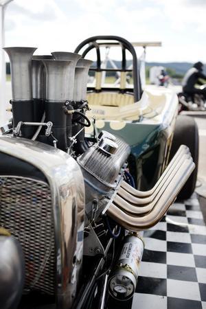 Här ser vi en stilstudie på motorn i Jan Bergdahls vintage/nostalgi dragster. Stora trattar drar in luft till den 9,3-liter stora insprutningsmotorn.