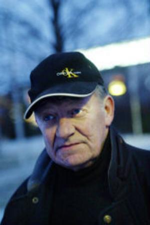 Den nya avfarten till Birsta har gjort Kjell Nordlander arg och upprörd. Han tycker att den är för skarp och mörk.
