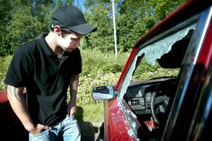 Chockad. På lördagmorgonen fick Fredrik Nyström och fyra andra bilägare sina bilar förstörda. Dessutom misstänks samma person att komma en 17-åring ha tänt på fem bilar i Smedjebacken. Foto:Fredrik Larsson