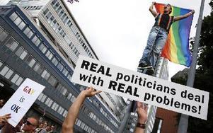 Demonstranter som är emot Rysslands homolagar, demonstrerar utanför den ryska ambassaden. Foto: FREDRIK PERSSON / SCANPIX