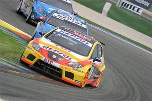 Rickard Rydell rattar en Seat Leon TDI och är här hårt uppvaktad av schweizaren Alain Menu i en Chevrolet Cruze.