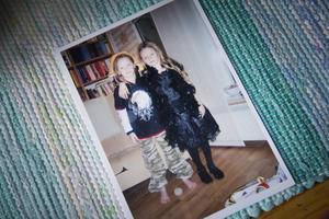 Det var i sjuårsåldern som de började utveckla olika klädstilar. En av mamma Åsas favoritbilder är ett foto där Mimmi till vänster står i militärfärgade byxor och Molly till höger i klänning och boa.