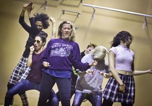 """Drömmen om bandet driver tonårstjejerna i ungdomspjäsen """"Girls will make you blush"""". Tvåa från vänster, i solglasögon, är västeråsskådespelaren och dansaren Sandra Medina."""