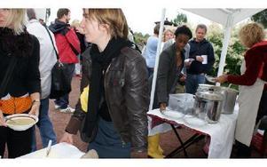Lena Westin med medhjälpare lagar och serverar mat till deltagarna under den fem dagar långa festen.