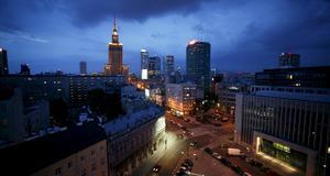 Skymning över Warszawa med Palac kultury, Polens högsta byggnad.