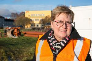 Elisabet Nises-Look vid gärdet där de husens ska byggas.