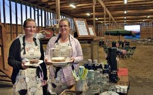 Brita Nilsson och Maria Pettersson välkomnar på Café i Fårhus.FOTO: BOEL FERM