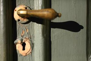 Ytterdörren till Öjevillan har patina, ibland kan det gamla vara snyggare än det nya.
