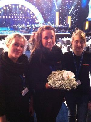 Lina Olsson, från Hedemora var med och gjorde blomsterdekorationerna till Svenska Idrottsgalan som sändes i tv i går kväll. Här flankerad av klasskompisarna Linda Kandén och Ida Wilhelmsson.