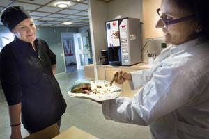 Den är det inga problem att äta, säger Maria Nordberg och smakar en bit.
